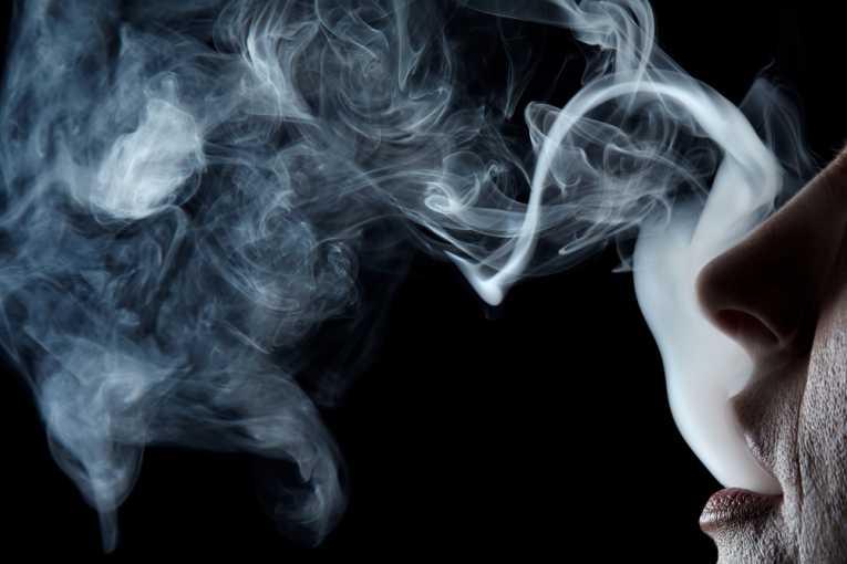 Кожа курящих стареет быстрее.